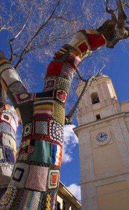 Cubrir las ramas de los arboles de la Plaça de Baix fue uno de los primeros proyectos de Tejiendo Petrer
